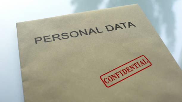 dati personali riservati, sigillo timbrato su cartella con documenti importanti - privacy foto e immagini stock