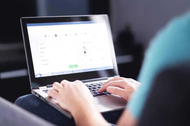 informazioni personali per fare acquisti online. compilazione di moduli elettronici su internet con laptop. informazioni digitali sui clienti sul sito web. uomo che acquista un servizio o ordina un prodotto - internet foto e immagini stock