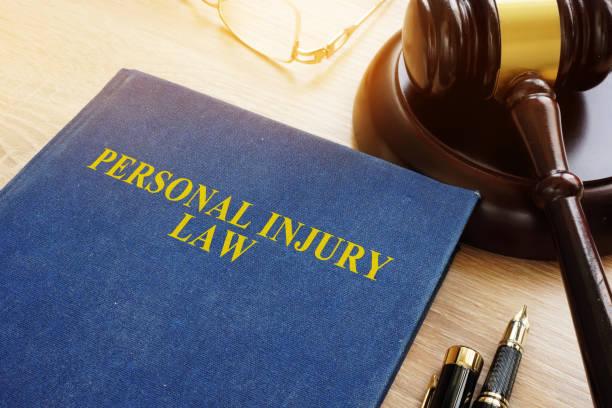 Droit des blessures sur un bureau et un marteau. - Photo