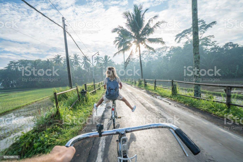 Persönlichen Sicht-paar Radfahren in der Nähe von Reisfeldern bei Sonnenaufgang, Indonesien – Foto