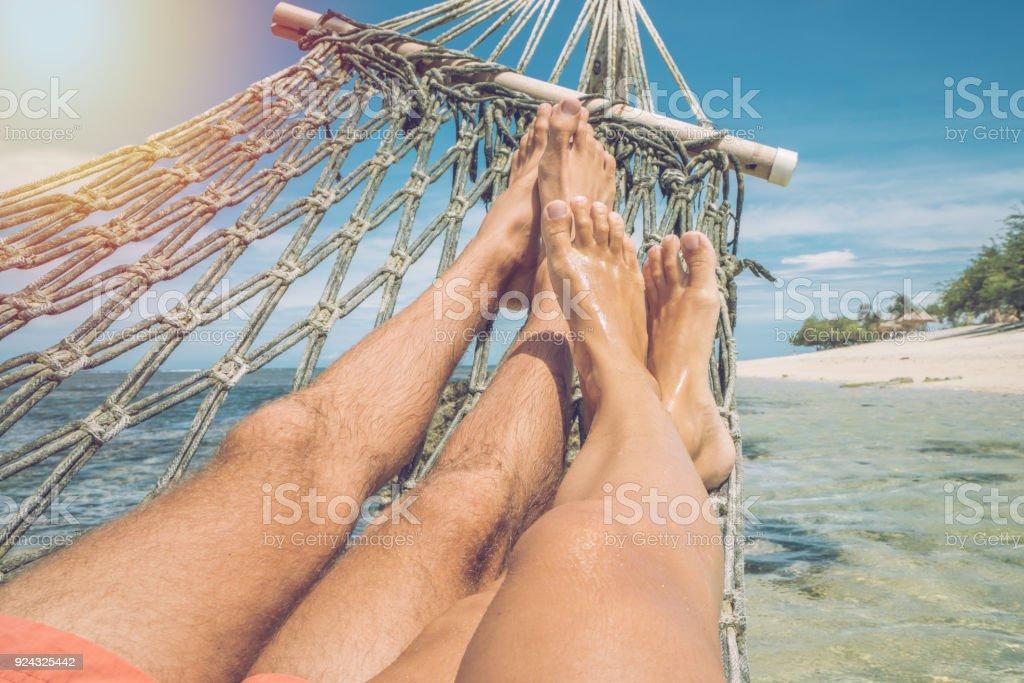 Persönliche Perspektive der paar entspannen auf der Hängematte über dem Meer, Anzeigen Füße – Foto