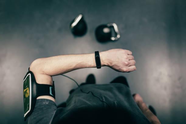 Persönliche Perspektive des Mannes betrachten Smartwatch – Foto