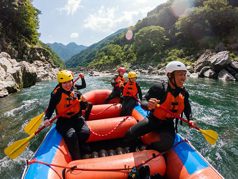 istock Personal point of view of a white water river rafting excursion 990645592