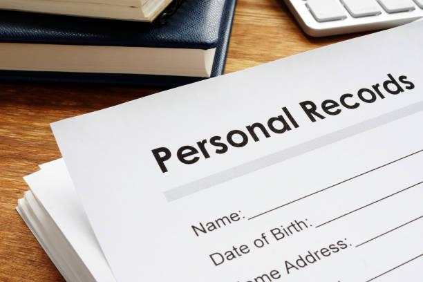 persoonlijke records aan een tabel. privacygegevens. - individualiteit stockfoto's en -beelden