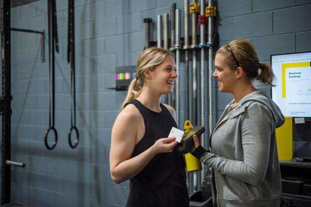 Personal Trainer und Kunde – Foto