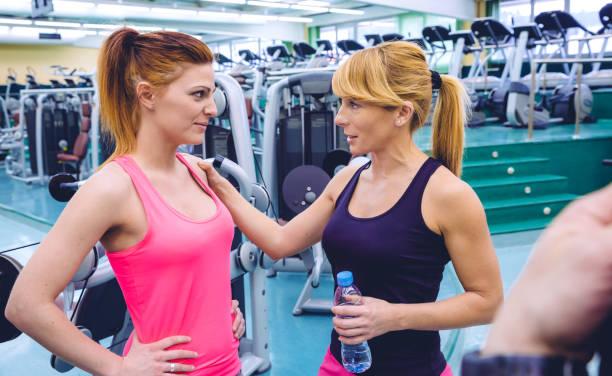 persoonlijke trainer bemoedigend om te triest vrouw na de training - call center stockfoto's en -beelden