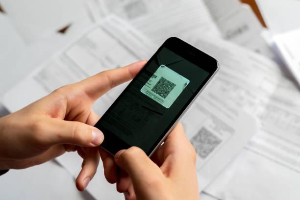 personen halten spartphone-scannen qr code b - medizinischer scanner stock-fotos und bilder