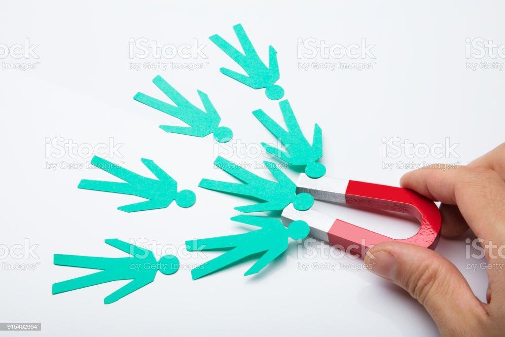 Person, die Hand, die roten Hufeisen-Magnet – Foto