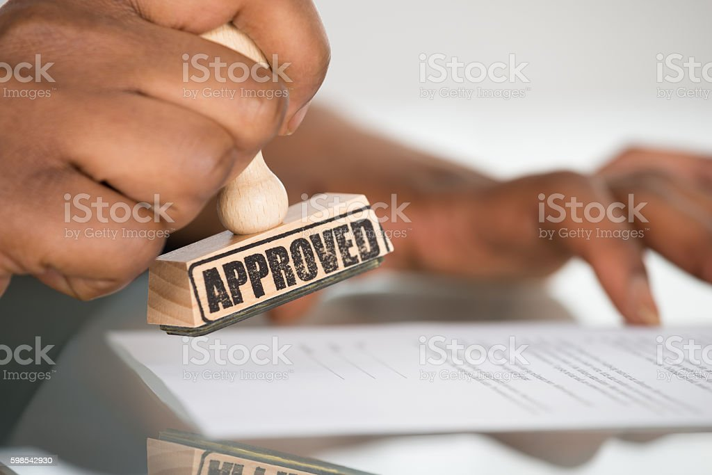 Person's Hand Stamping On Contract Form photo libre de droits