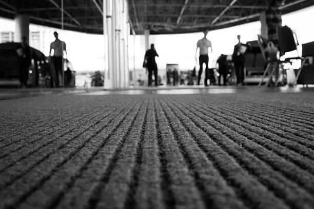 perspective of doormat - eingangsbereich teppich stock-fotos und bilder