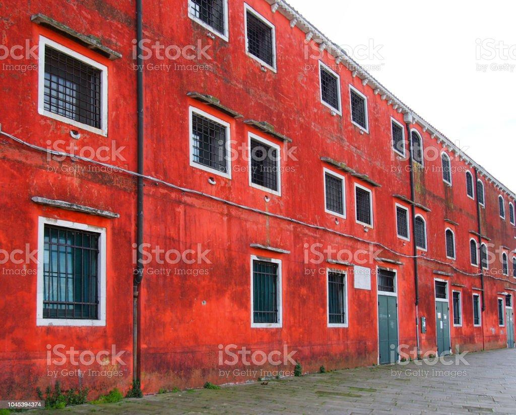 vista em perspectiva de um vermelho velho edifício na área de arsenal de Veneza - foto de acervo