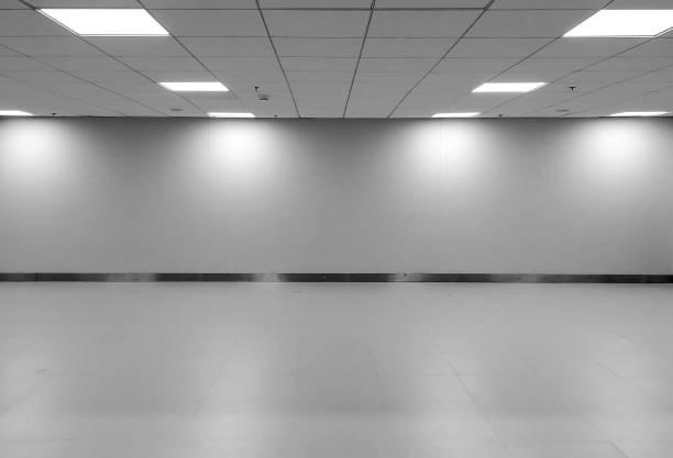 Vue en perspective de vide espace classique monotone noir blanc bureau chambre avec rangée plafond LED lampes et lumières abat-jour sur le mur pour l'intérieur de la Galerie/modèle à mock up Display meubles de bureau - Photo
