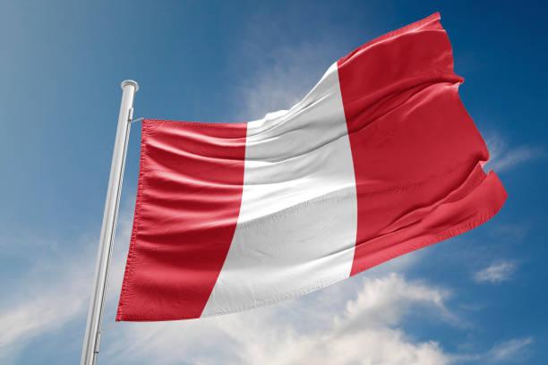 Bandera de Perú es agitando contra el cielo azul - foto de stock