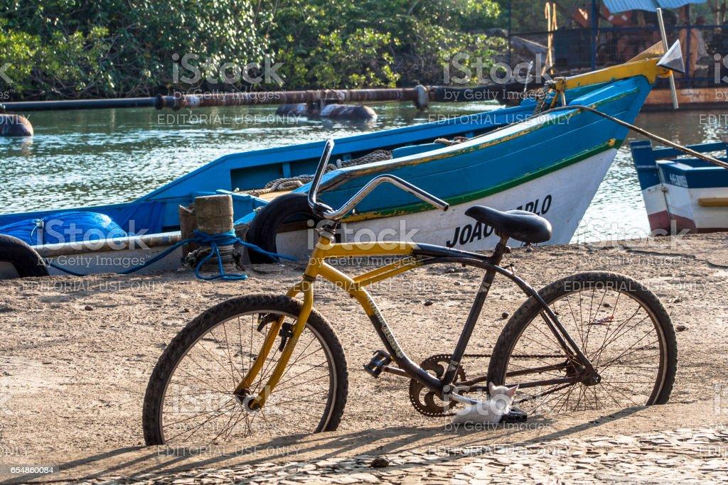 Peruíbe, SP, Brasil, 11/05/2009. Bicicleta e barcos  no porto pesqueiro da foz do Rio Preto, em Peruíbe, SP. 'u2013 FOTO: ALF RIBEIRO - stock photo