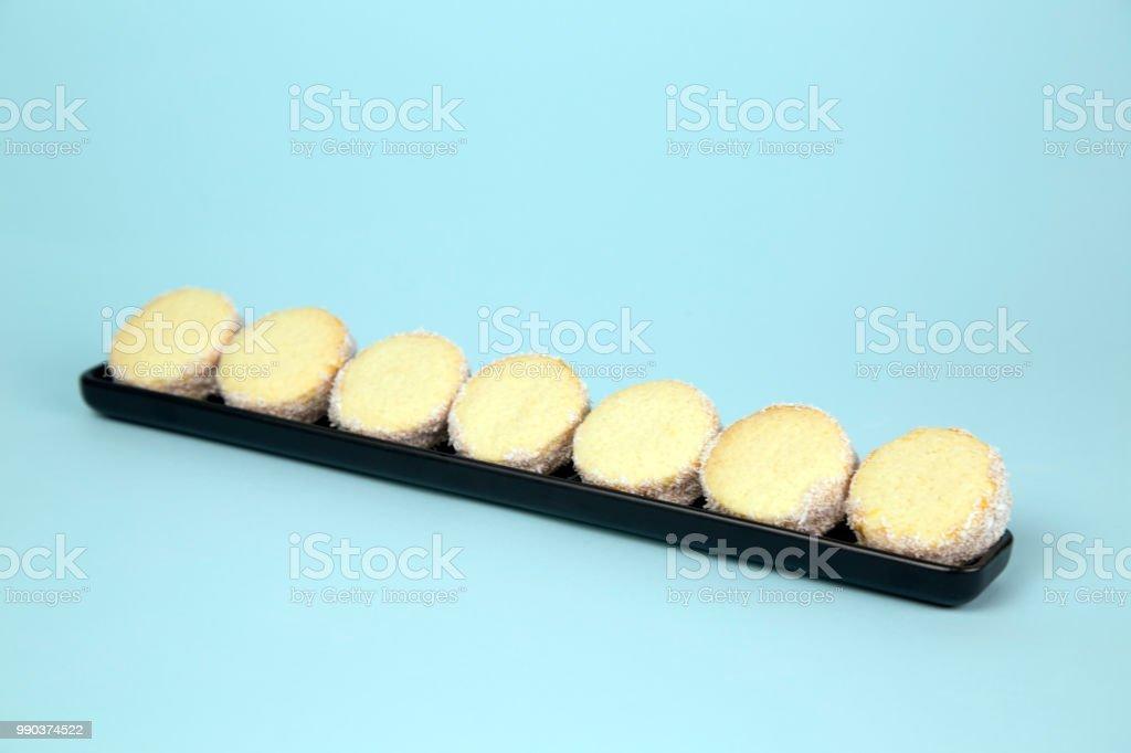 Galleta alfajor peruano con polvo de azúcar caramelo y blanco - foto de stock
