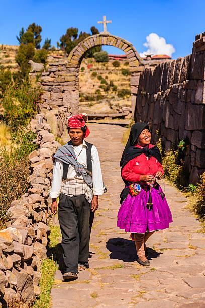 ペルーのカップルタキーレ島、湖チチカカ,ペルー - タキーレ島 ストックフォトと画像