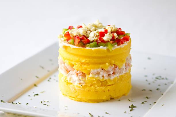 plato peruano causa de camarones - perú fotografías e imágenes de stock
