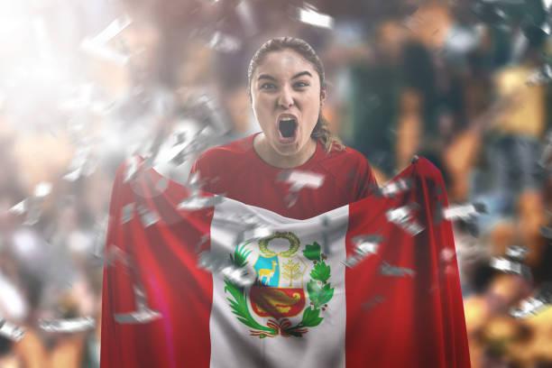 ventilador femenino peruano sostiene la bandera nacional - perú fotografías e imágenes de stock