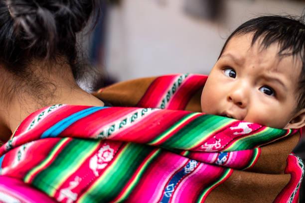 秘魯土著母親背著她的小兒子 - 阿爾蒂普拉諾山脈 個照片及圖片檔