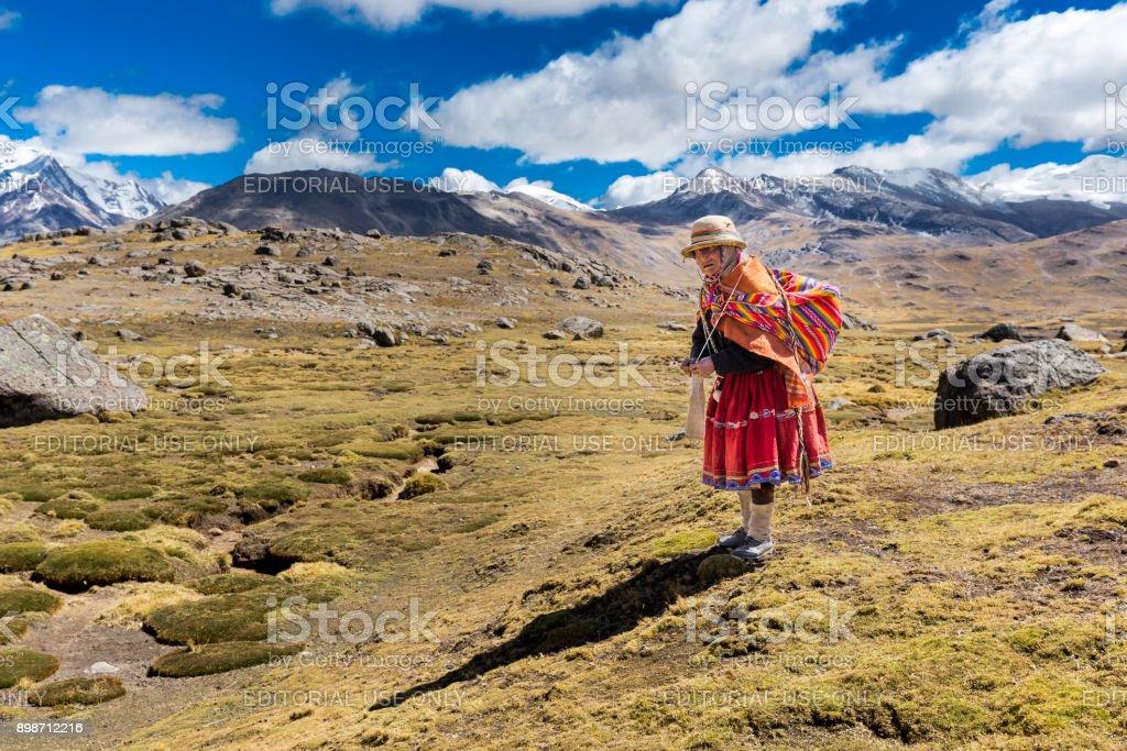 Peruanos indígenas velho pé tecelagem tradicional roupa de mulher, Peru. - foto de acervo
