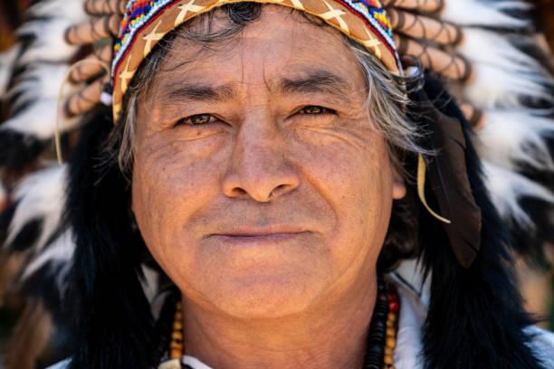 peruanischen mann mit traditioneller kleidung - indianer kostüm herren stock-fotos und bilder