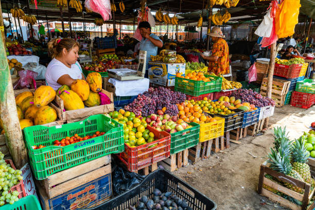 Peruanische Bevölkerung kauft und verkauft Obst auf dem Markt in Nazca Peru – Foto
