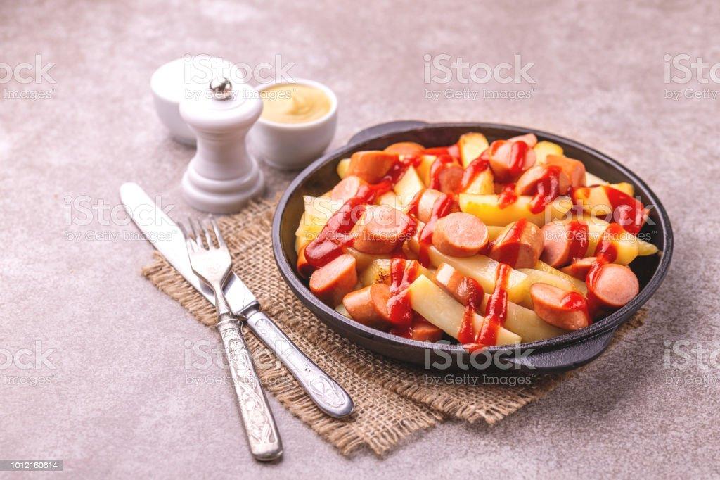 Peruanische Salchipapa Pommes Frites mit Saucen. Pommes frites, Würstchen. Fast Food – Foto