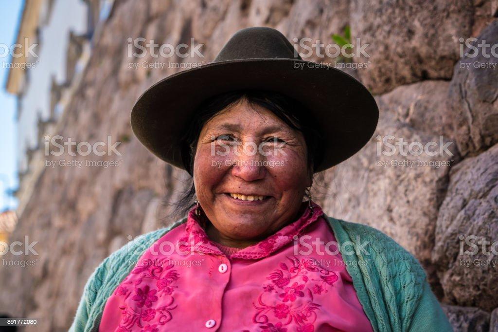 Mulher peruana em ruínas incas, o vale sagrado, Cusco, Peru - foto de acervo