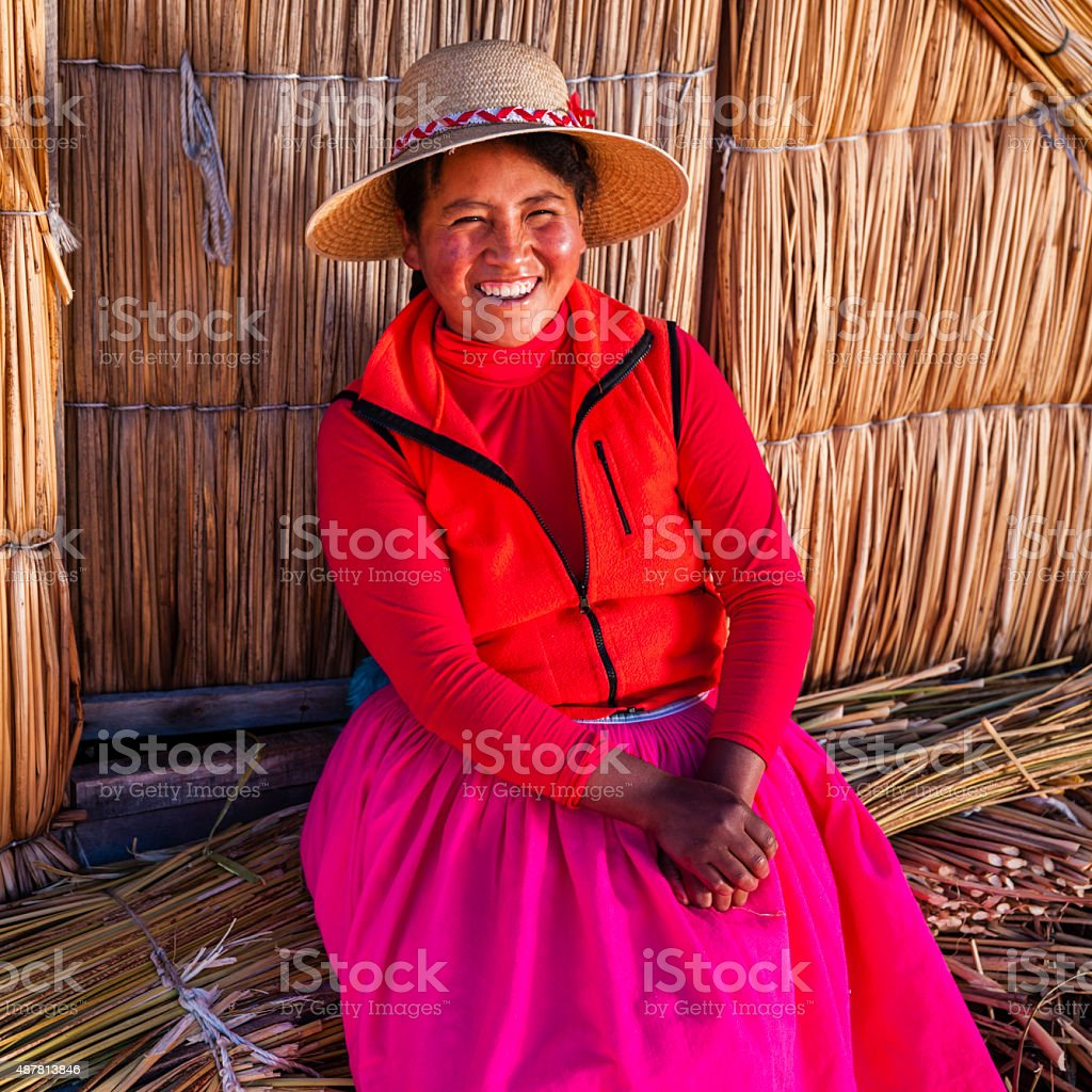 Peruano mulher Uros ilha flutuante, Lake Tititcaca - foto de acervo