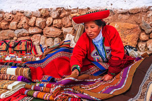 peruvian woman selling souvenirs at inca ruins, sacred valley, peru - 阿爾蒂普拉諾山脈 個照片及圖片檔