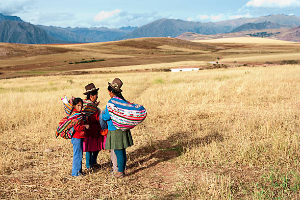 peruvian women in national clothing, the sacred valley - 阿爾蒂普拉諾山脈 個照片及圖片檔