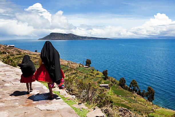 ペルーの女性にタキーレ島、湖チチカカ,ペルー - タキーレ島 ストックフォトと画像