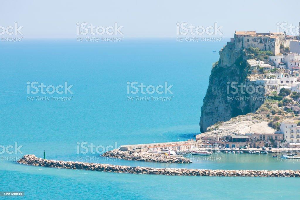 Pescichi, Apulien - alte Burg der Pescichi auf einem Felsvorsprung – Foto