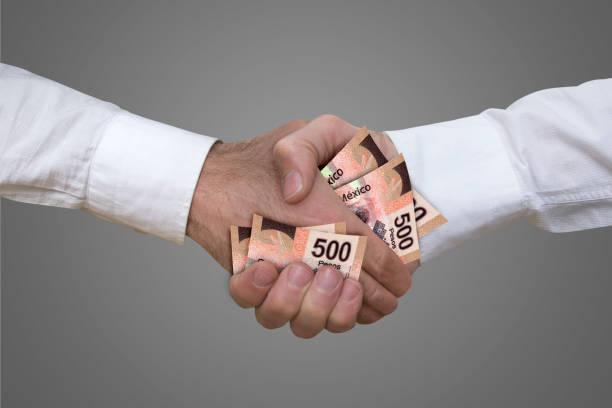 500 ペソ札握手。 - 腐敗 ストックフォトと画像