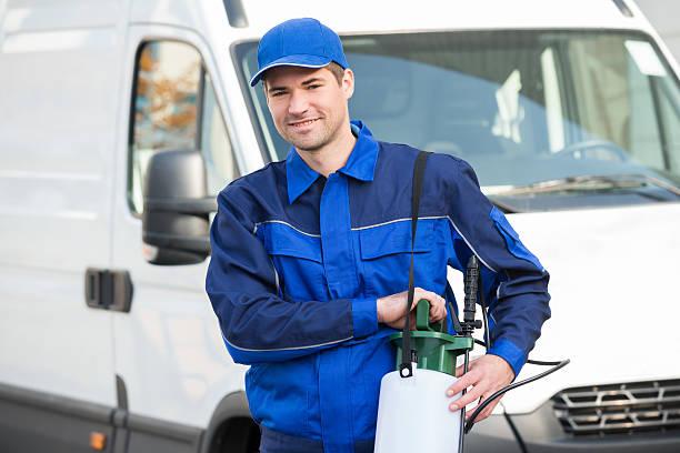 controllo degli infestanti operaio con pesticidi su camion - attrezzatura per la disinfestazione foto e immagini stock