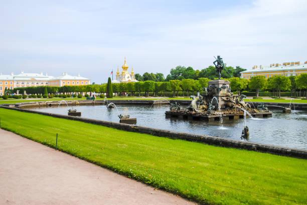 rusland, saint-peterburg - juni 24/2013: peterhof ontvangen bezoekers na restauratie van vele exposities. - peterhof stockfoto's en -beelden