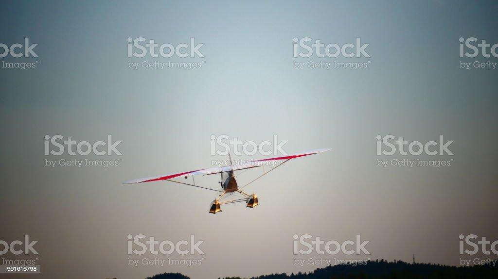 Petit avion vue de derrière dans le ciel stock photo