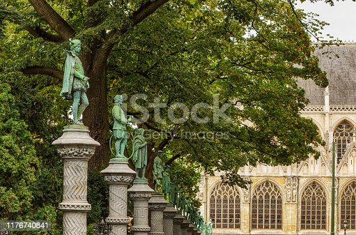 Inaugurated in 1890, the square is surrounded by a superb wrought-iron balustrade, decorated with 48 bronze statuettes which represent the ancient crafts once practised in Brussels