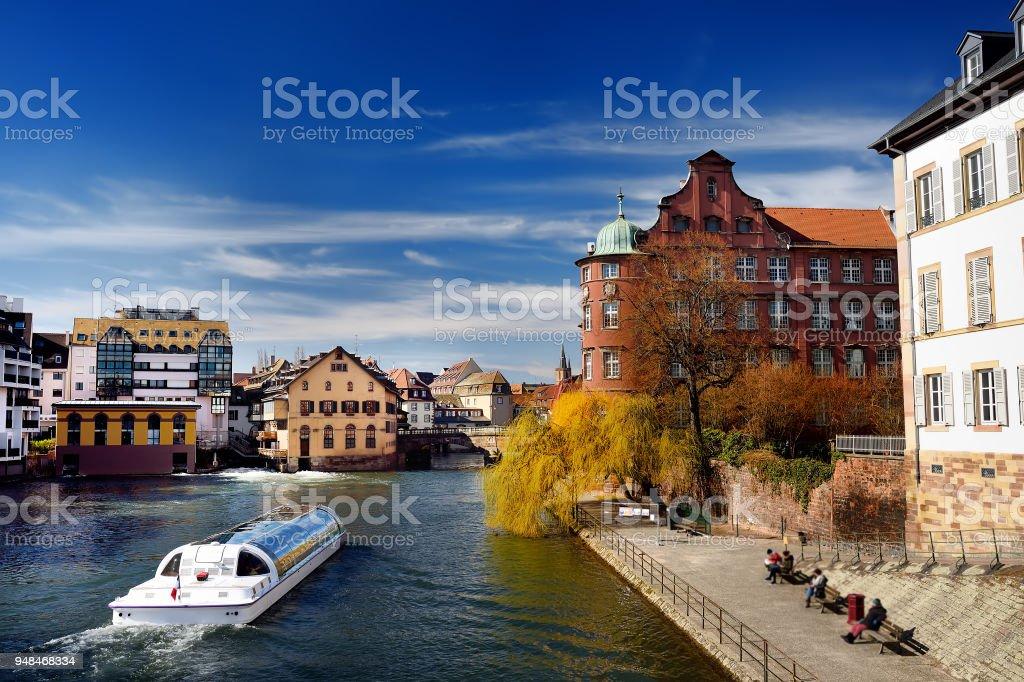 Zona histórica de Petite Francia del casco antiguo de Strasbourg en primavera o en otoño día soleado - foto de stock