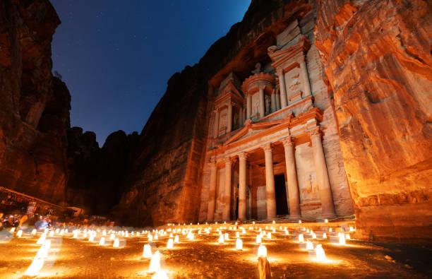 petra de nuit, architecture ancienne dans le canyon, petra en jordanie. la ville rose la nuit, célèbre destination de voyage au moyen-orient, en jordanie - jordan photos et images de collection