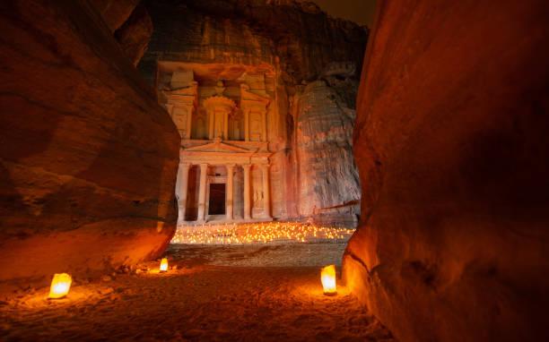 petra by night - le trésor - jordan photos et images de collection