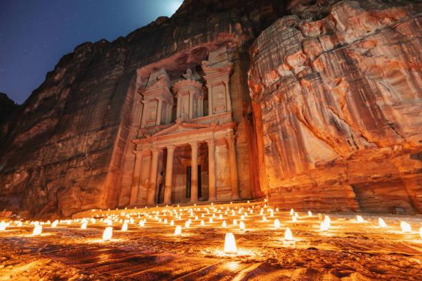 petra de nuit, architecture ancienne du conseil du trésor dans le canyon, petra en jordanie. 7 merveilles de voyage destination en jordanie - jordan photos et images de collection