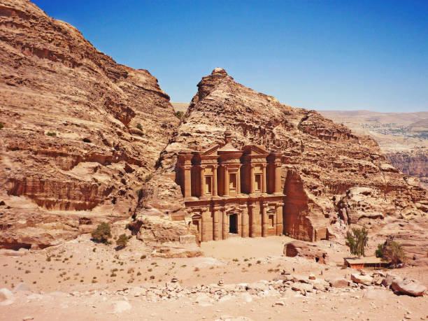 -ad deir - le monastère du site archéologique de petra jordanie - jordan photos et images de collection