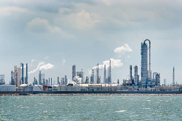 petro chemische öl-raffinerie, die verarbeitung von texas city skyline industrial - destillationsturm stock-fotos und bilder