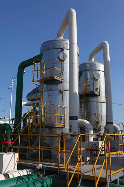 petrochemischen industrie - destillationsturm stock-fotos und bilder