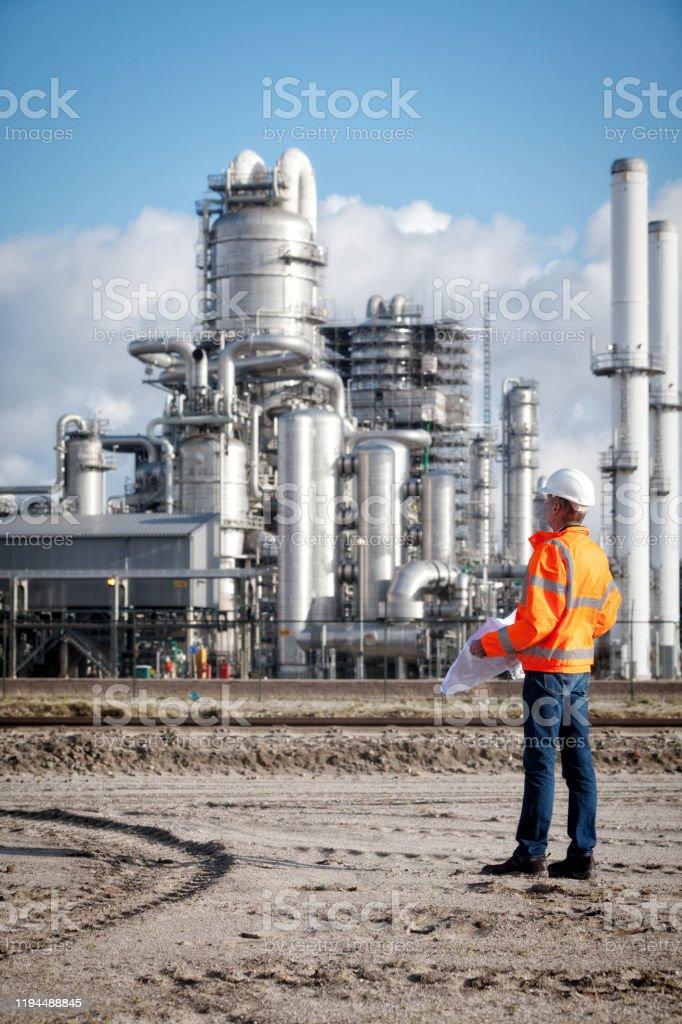 Petrochemie inspecteur met tekening - Royalty-free 50-54 jaar Stockfoto