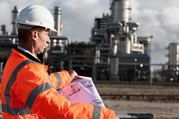 Petrochemical inspector with drawing​​​ foto