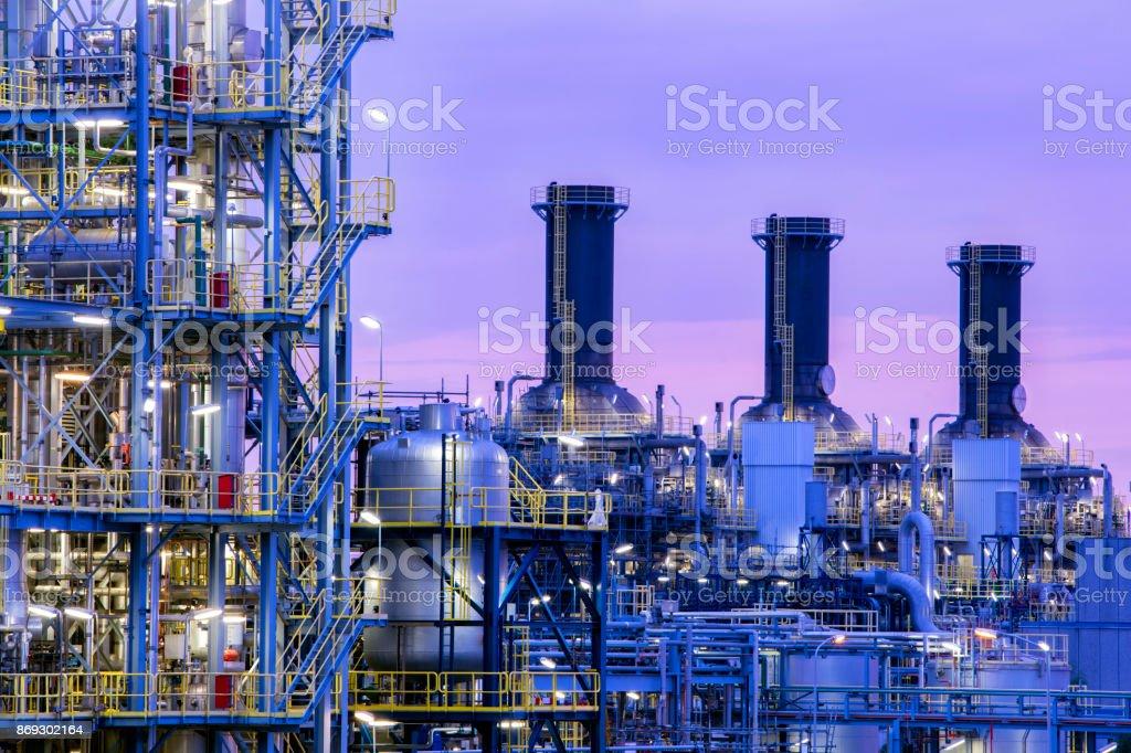Petrochemische Fabrik in der Dämmerung – Foto