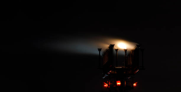 petrochemical plant chimney at night - pila a idrogeno foto e immagini stock