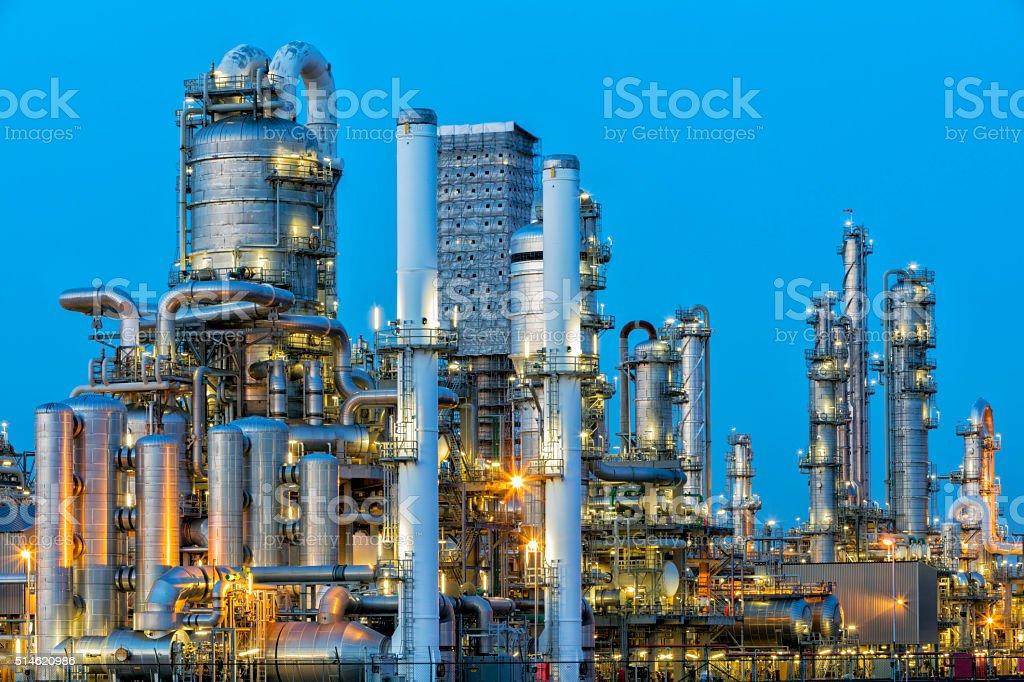 Petrochemische Fabrik beleuchtet bei Dämmerung - Lizenzfrei Abenddämmerung Stock-Foto